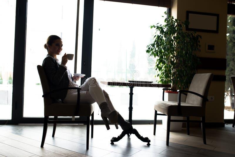 Ruptura de café da mulher de negócio fotografia de stock