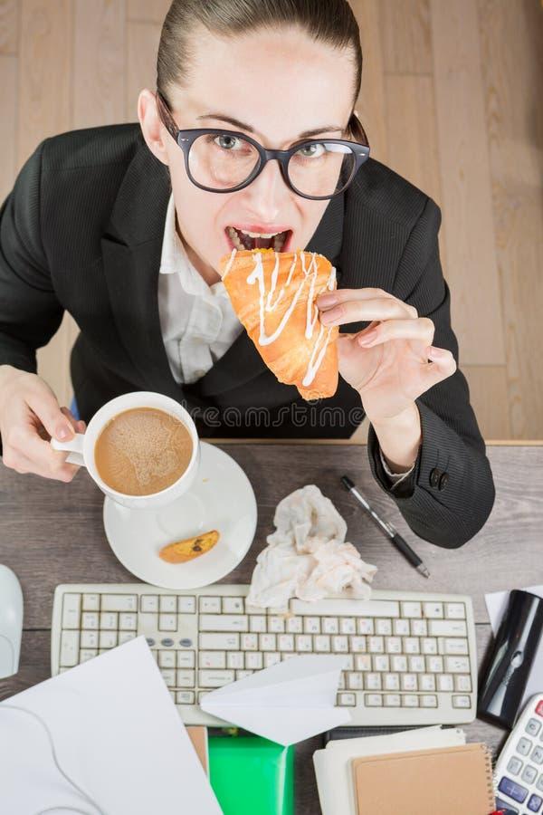 Ruptura de café do trabalhador de escritório fotos de stock