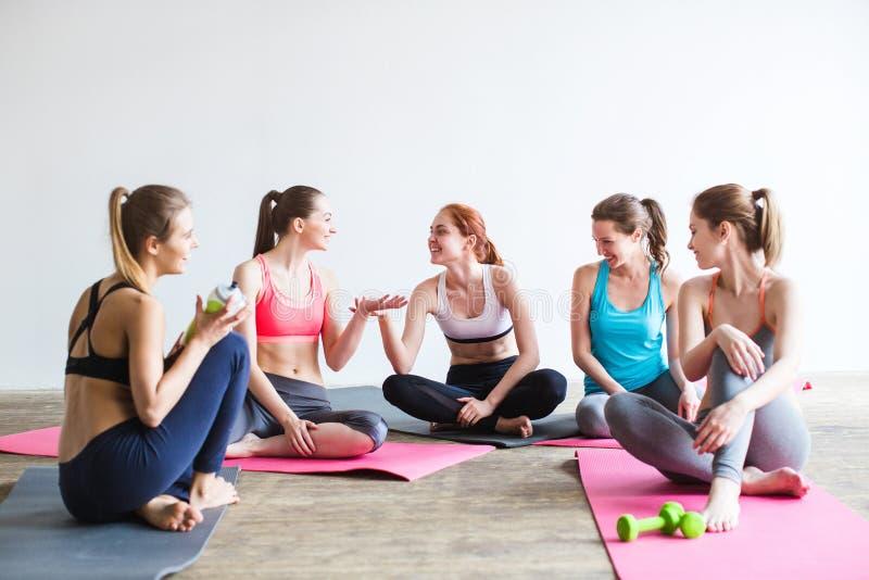 Ruptura fêmea da classe da ioga no fitness center imagem de stock royalty free