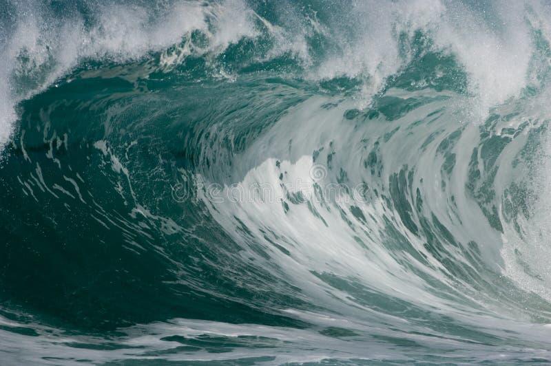 Rupture de l'onde de vague déferlante photo libre de droits