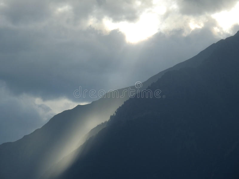 Rupture légère au-dessus des montagnes images libres de droits