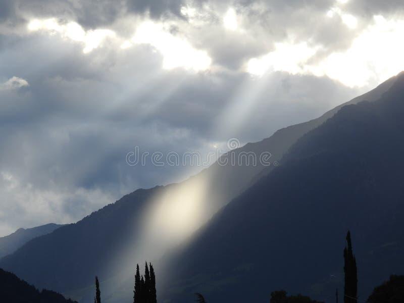 Rupture légère au-dessus des montagnes photo stock