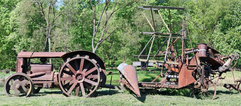 Rural pequeno do vintage oxidado nenhuns trator do nome e antechn arrastado imagem de stock