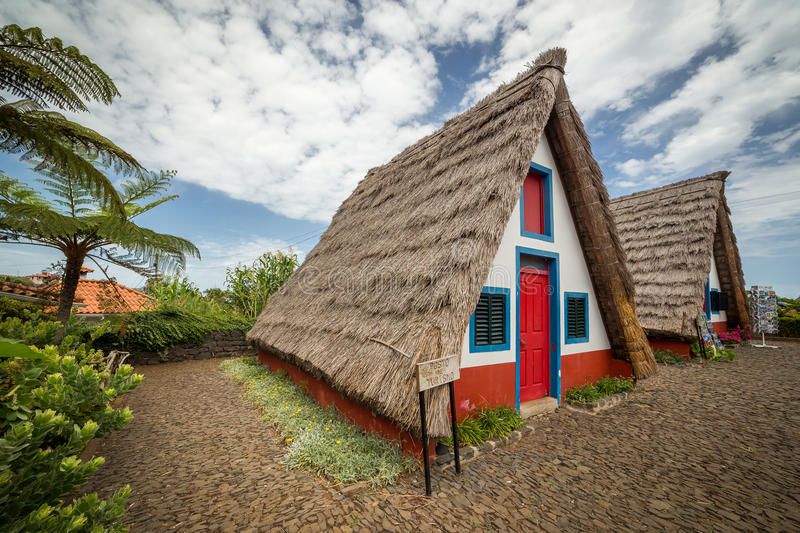 Rurales, las casas del raditional de Madeira localizaron en Santana imágenes de archivo libres de regalías