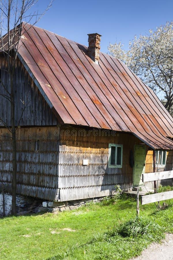 Rurali tipici scen nella caduta di Patrahaiesti con la casa provinciale nella Transilvania immagini stock