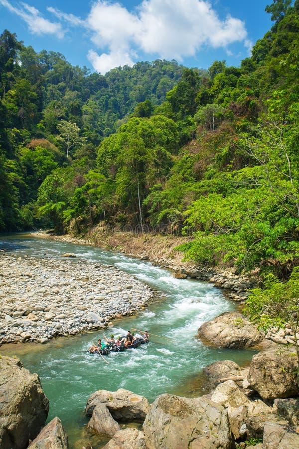 Rurować w rzece blisko Bukit Lawang wioski zdjęcia stock
