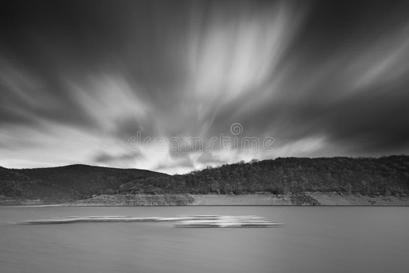 Rurseen i svartvitt med en lång exponering fotografering för bildbyråer
