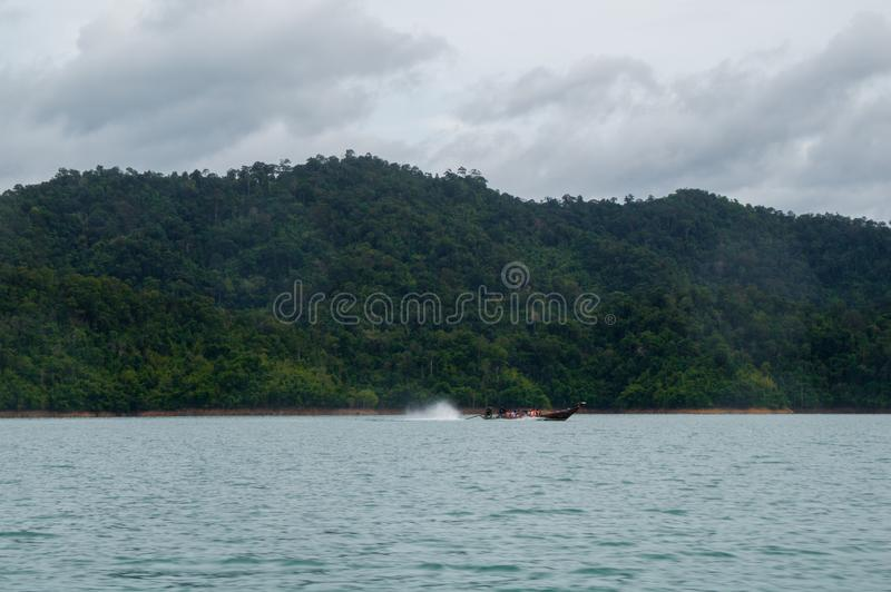 Rusa över Cheow LAN sjön royaltyfri foto