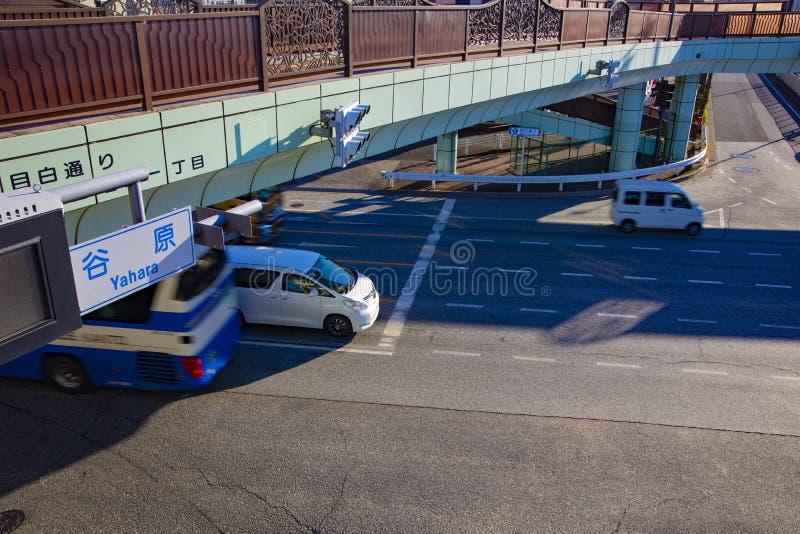 Rusa bilar p? den i stadens centrum korsningen i den Tokyo dagen arkivfoton