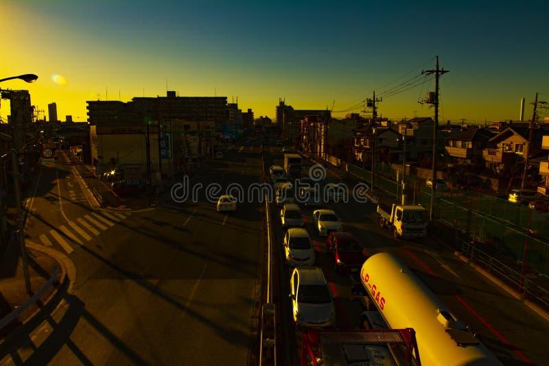 Rusa bilar p? den i stadens centrum korsningen i den Tokyo solnedg?ngen arkivbilder