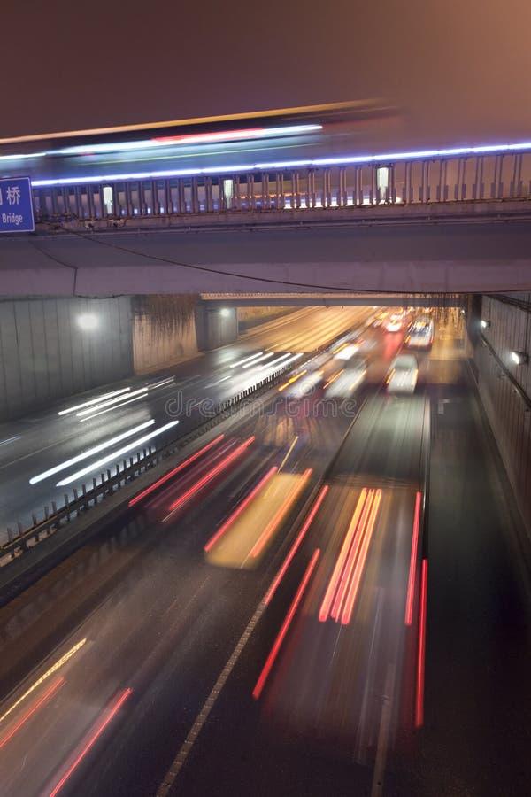 Rusa trafik på natten i en tunnel i Peking royaltyfria foton