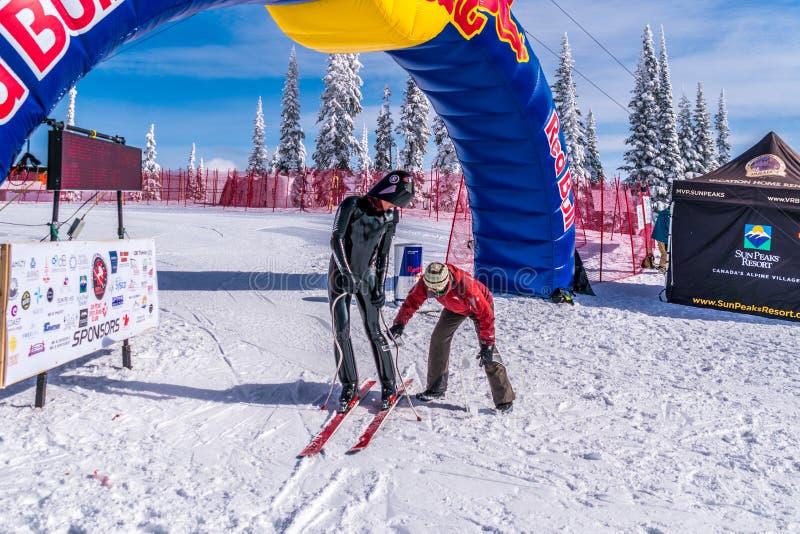 Rusa utrustning för skidåkare` s som kontrolleras, om de faller inom reglementet på hastighetsutmaningen och FIS-hastighet Ski Wo fotografering för bildbyråer