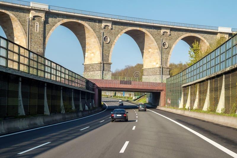 Rusa vägmotorvägen i Tyskland med höga väggar på sidorna royaltyfria foton