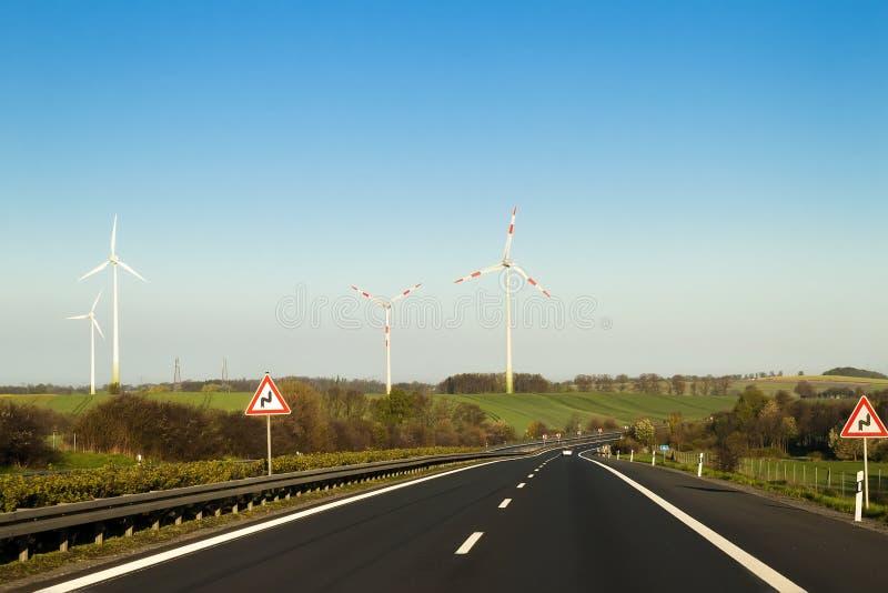 Rusa vägmotorvägen i Tyskland med höga väggar på sidorna arkivfoton