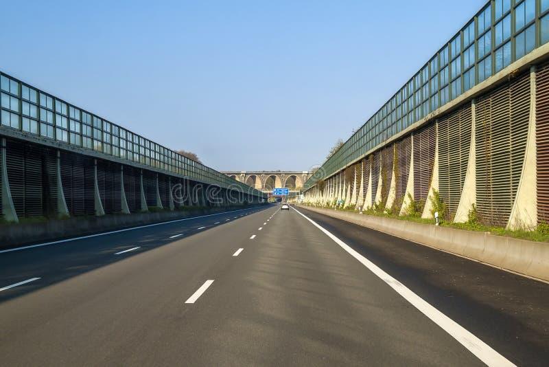 Rusa vägmotorvägen i Tyskland med höga väggar på sidorna royaltyfri bild