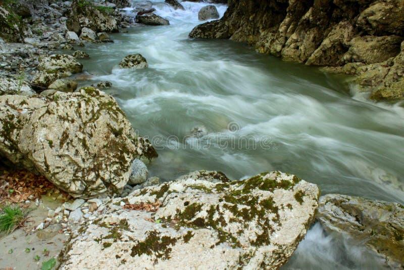 Rusa vatten in bland de steniga väggarna fotografering för bildbyråer