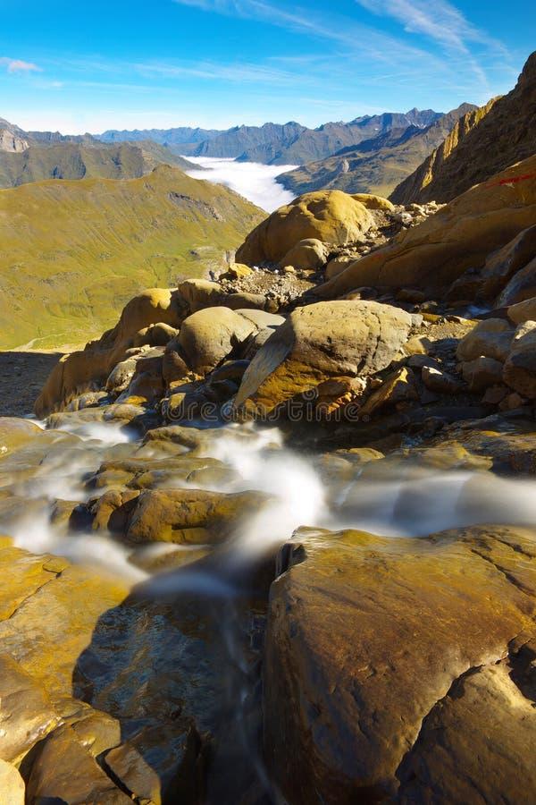 Ruscello della montagna con le montagne su backround, Pirenei immagini stock