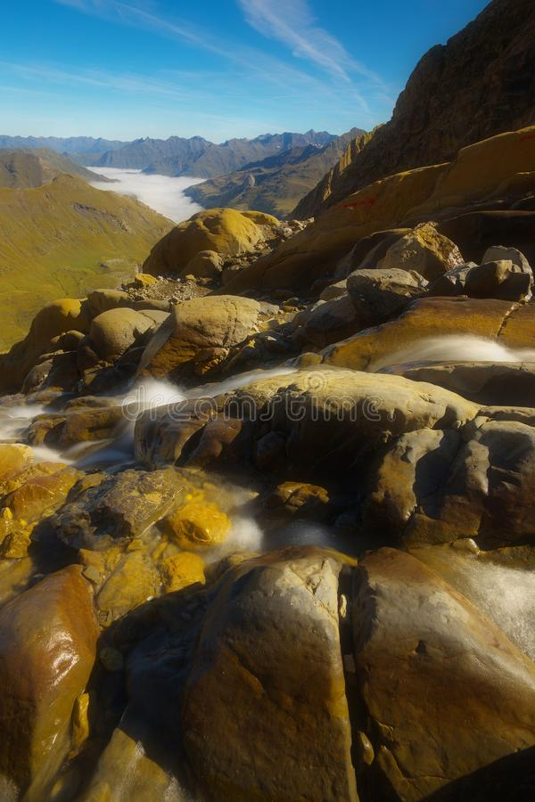 Ruscello della montagna con le montagne su backround, Pirenei fotografia stock libera da diritti