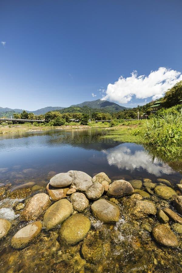 Ruscello e rocce nelle montagne fotografia stock libera da diritti
