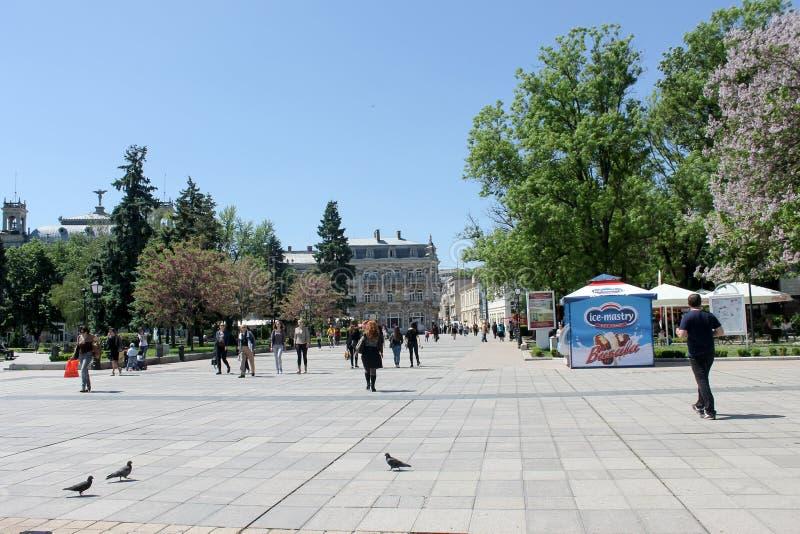 Ruse, Bulgaria - 8 de mayo de 2015: Gente que camina en el centro en s fotografía de archivo libre de regalías