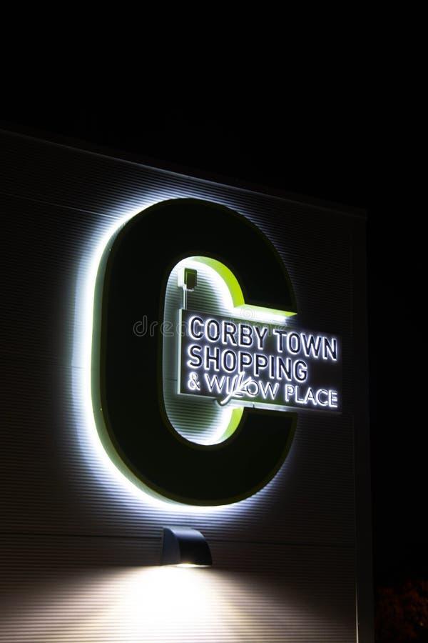Rushden, Northamptonshire, Förenade kungariket - 15 november 2019 - Corby shopping center night view Stat i Northampton royaltyfria bilder