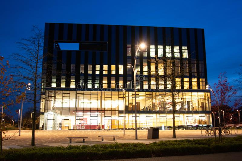 Rushden, Northamptonshire, Verenigd Koninkrijk - 15 november 2019 - Corby Cube building at night, Corby Borough Council in U K stock afbeeldingen