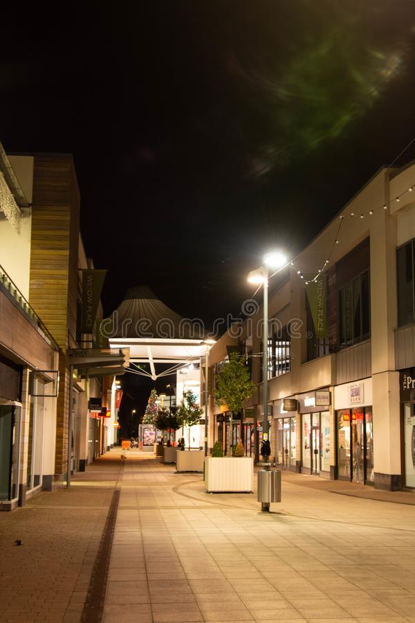 Rushden, Northamptonshire, Verenigd Koninkrijk - 15 november 2019 - Corby shopping center night street view Stad in Northampton royalty-vrije stock afbeelding