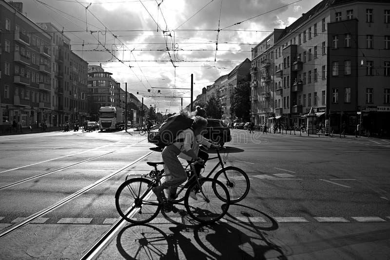 Rushhour com os ciclistas no dia fotos de stock royalty free