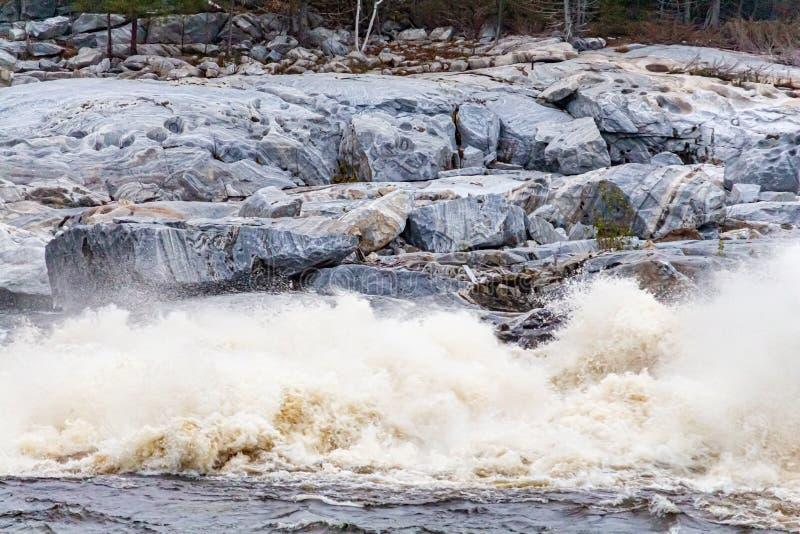 Rushing Whitewater crashing , em um rio de Rocks fotografia de stock royalty free