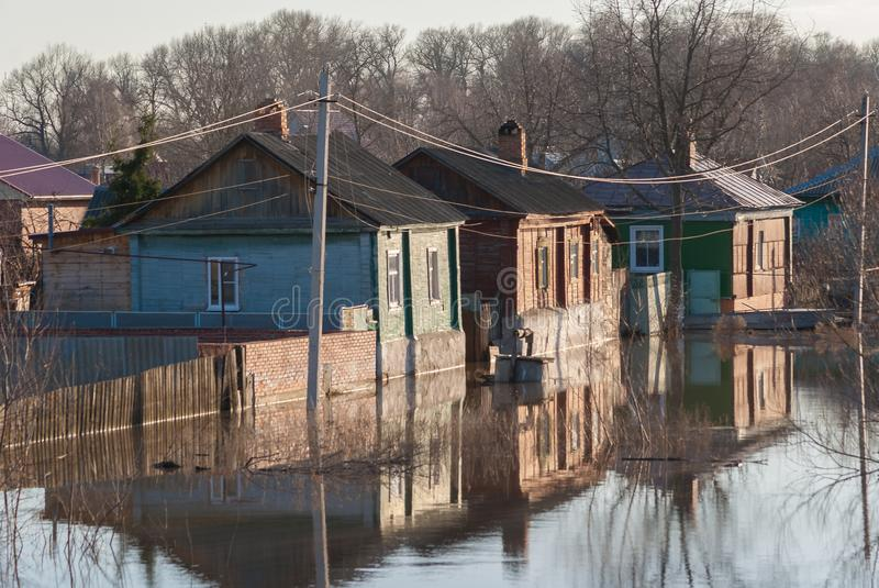 Rusia, Balashov 14 de abril de 2018 Propiedad de casas inferior hundida de la calle de la cerca del agua Inundado durante la inun imagen de archivo libre de regalías