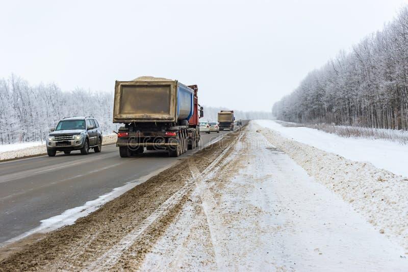 Rusia, Chaplygin, el 25 de enero de 2019 Movimiento de coches a lo largo del camino fotografía de archivo