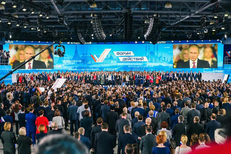 Rusia, ciudad Mosc? - 18 de diciembre de 2017: Discurso del presidente de la Federaci?n Rusa en el foro Una muchedumbre de fotos de archivo libres de regalías