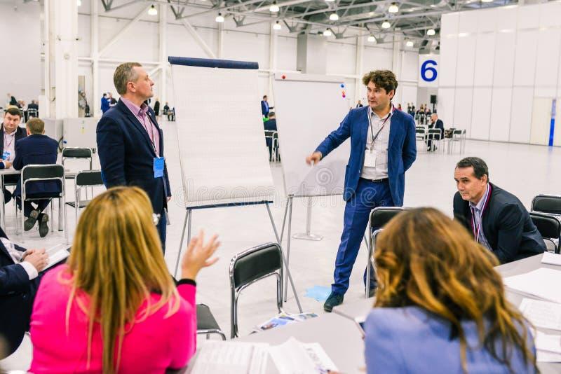 Rusia, ciudad Moscú - 18 de diciembre de 2017: Hombres de negocios hablar y discutir ideas Las unidades de negocio de gente son fotografía de archivo libre de regalías