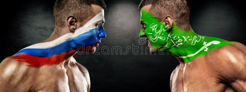 Rusia contra la Arabia Saudita Dos fanáticos del fútbol del fútbol o con las banderas cara a cara Mundial 2018 imagen de archivo