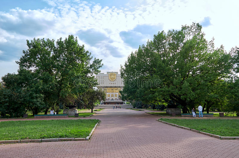 Rusia El edificio de la biblioteca de universidad de estado de Moscú cerca del edificio de la universidad de estado de Moscú en l imagen de archivo libre de regalías