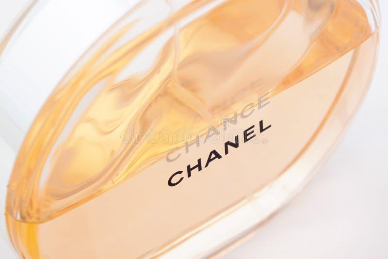 Rusia, Izhevsk - 13 de junio de 2017: Chanel Chance Perfume famoso y del refinamiento aislado en el fondo blanco fotografía de archivo