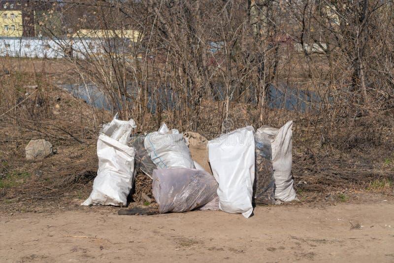 Rusia, Kaz?n - 20 de abril de 2019: Bolsos de basura en la orilla del r?o imagen de archivo libre de regalías
