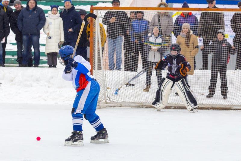 RUSIA, KOROLEV- 18 DE FEBRERO DE 2017: El torneo Bandy en honor de los coches famosos locales fue llevado a cabo por primera vez  fotografía de archivo