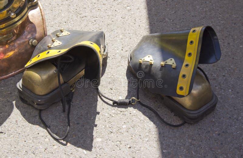 Rusia, Krasnoyarsk, junio de 2019: zapatos pesados del buceador imagenes de archivo