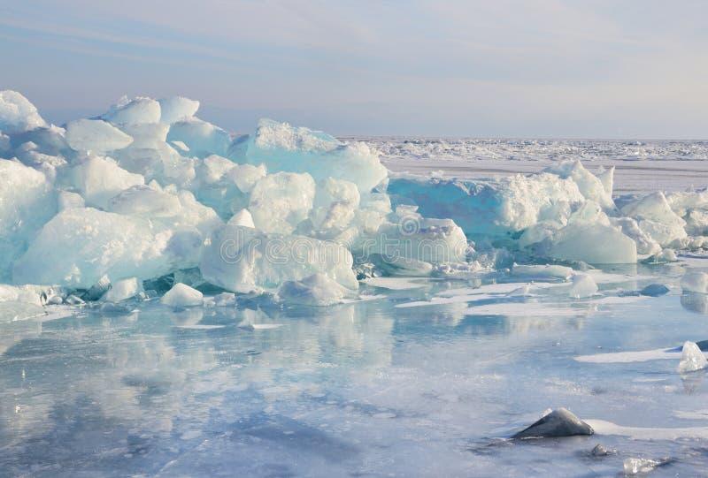 Rusia, lago Baikal, morones del hielo imagen de archivo
