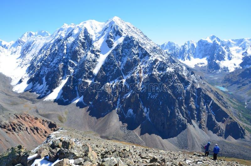 Rusia, los tops de la montaña de Altai del canto del norte de Chuya en tiempo soleado fotografía de archivo
