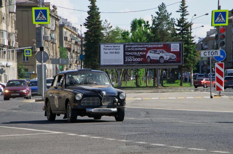 Rusia, Magnitogorsk, - junio, 20, 2019 El coche retro Volvo el Amazonas 122S monta a través de las calles de la ciudad en el fond fotos de archivo libres de regalías