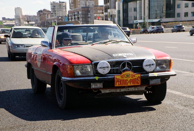 Rusia, Magnitogorsk, - junio, 20, 2019 SL-clase retra de Mercedes-Benz del coche - un descapotable rojo en las calles de la ciuda fotografía de archivo