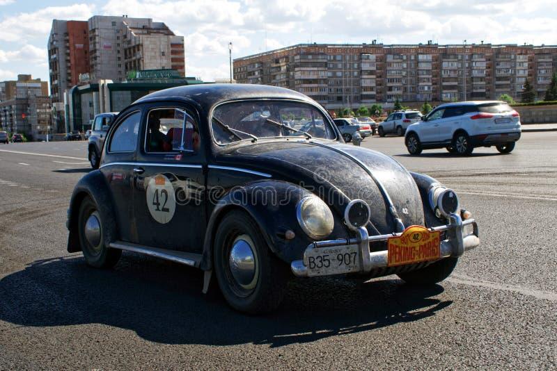 Rusia, Magnitogorsk, - junio, 20, 2019 Viejos paseos de Volkswagen Beetle del coche retro a través de las calles de la ciudad foto de archivo libre de regalías