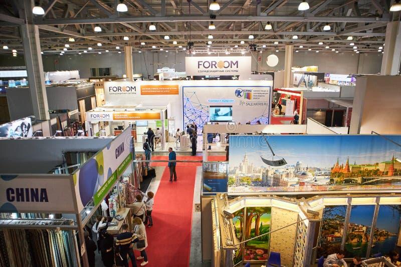 RUSIA, MOSCÚ - ABRIL, 04, 2019 exposiciones de la expo del azafrán del edificio y materiales de acabado imagen de archivo