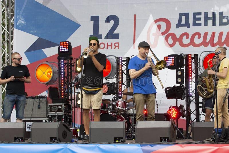 12-06-2019, Rusia, Moscú, día de Rusia Concierto festivo de la orquesta de la banda 1l2 de la música en el parque de Sokolniki Tu foto de archivo