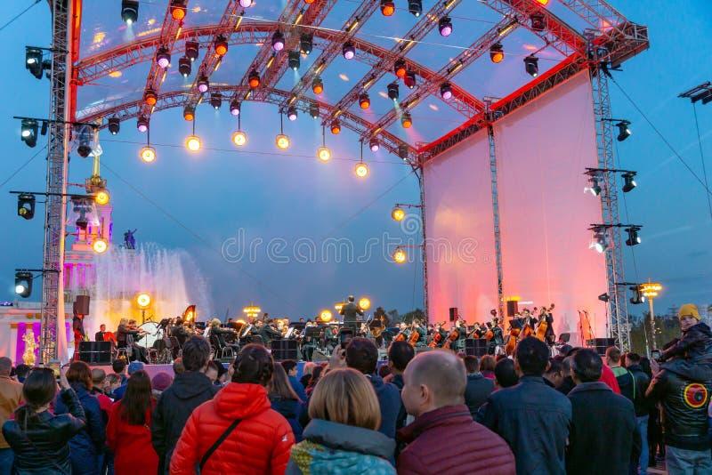 Rusia, Moscú - 30 de abril de 2019: Durante la demostración de la luz-música, dedicada a la apertura de la 80.a estación del aniv fotografía de archivo libre de regalías