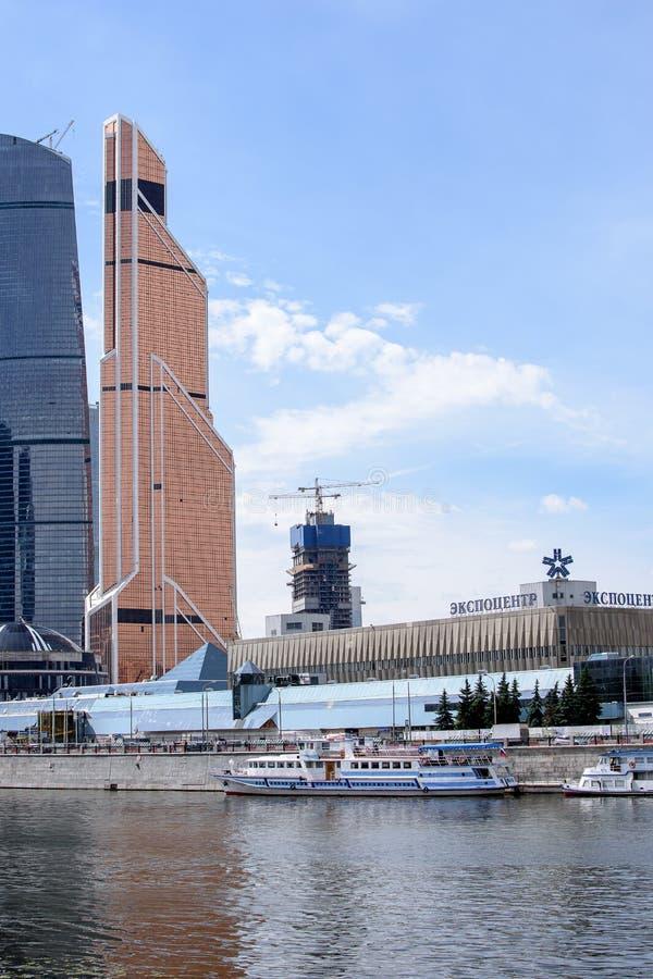 RUSIA, MOSCÚ - 30 de junio de 2017: Centro de negocios internacional de Moscú de la Moscú-ciudad de los edificios del rascacielos foto de archivo