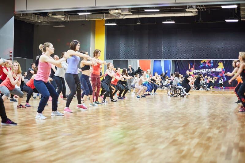 RUSIA, MOSCÚ - 3 DE JUNIO DE 2017 las muchachas y los niños juegan deportes en el gimnasio fotografía de archivo