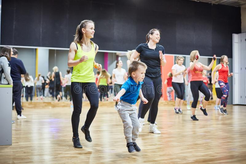 RUSIA, MOSCÚ - 3 DE JUNIO DE 2017 las muchachas y los niños juegan deportes en el gimnasio imágenes de archivo libres de regalías